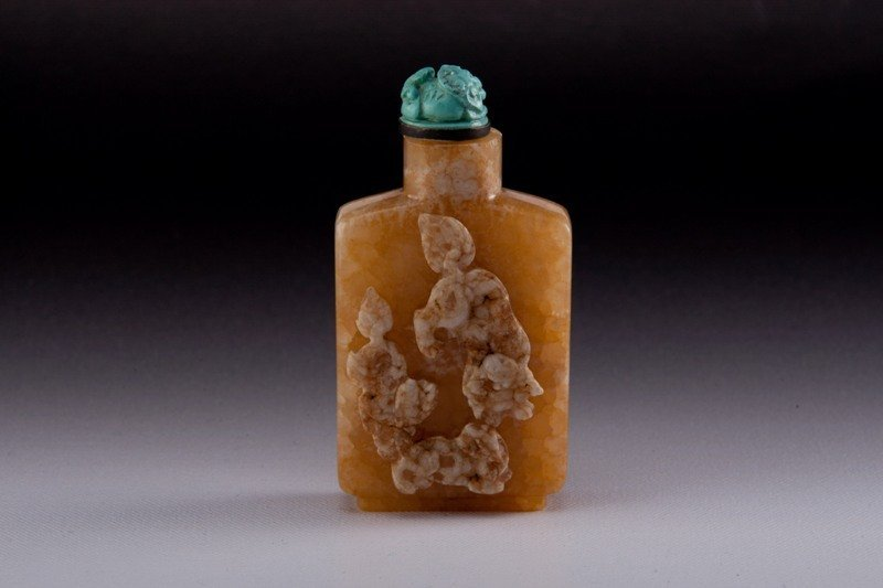 14: A carved hardstone snuff bottle, 19TH CENTURY