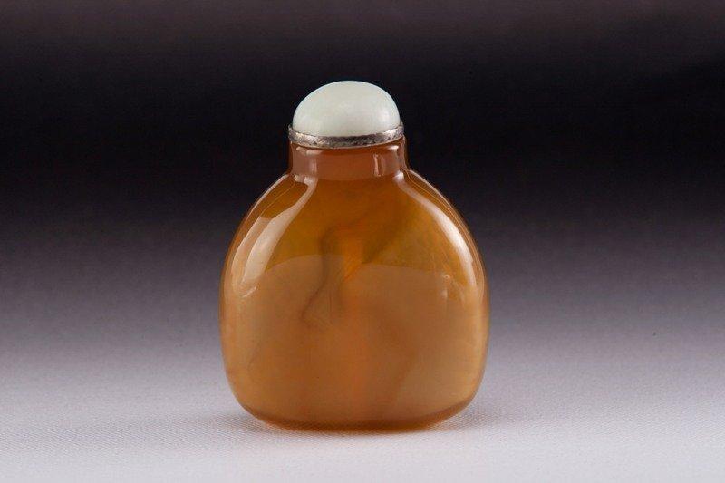 18: An agate snuff bottle, 19TH CENTURY