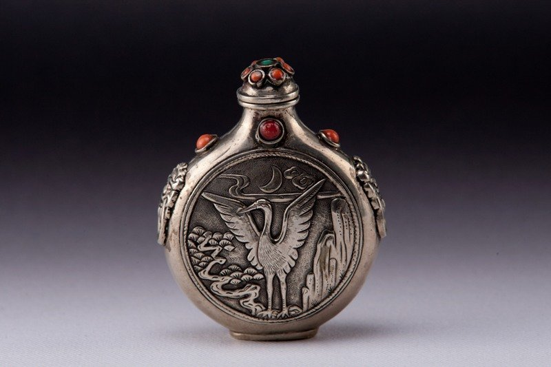 24: A carved silver snuff bottle, 19TH CENTURY