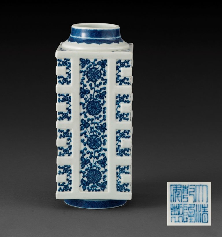 A BLUE AND WHITE SQUARE VASE
