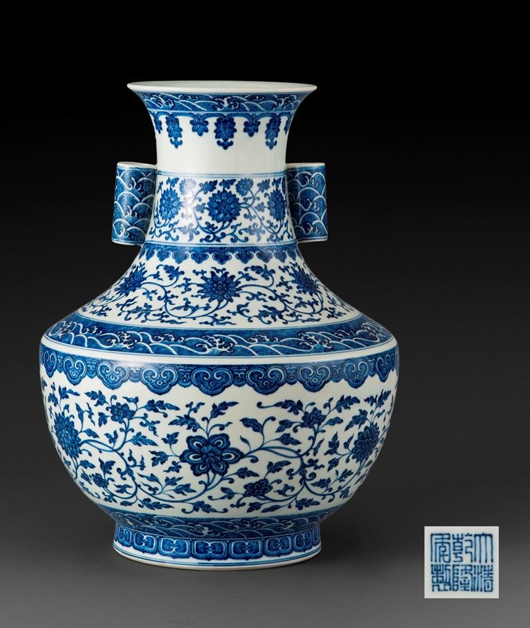 A LARGE BLUE AND WHITE VASE ,HU
