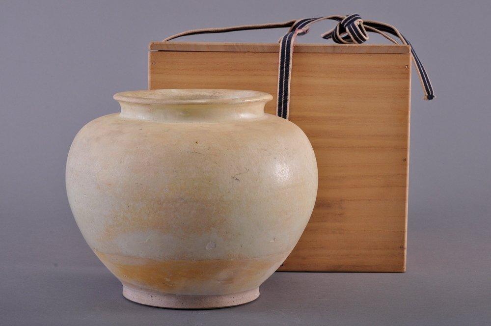A STRW-GLAZED POTTERY JAR