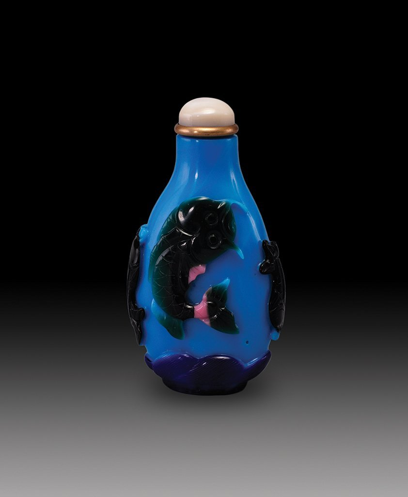 A GREEN-PINK-OVERLAY LAVENDER-BLUE GLASS SNUFF BOTTLE