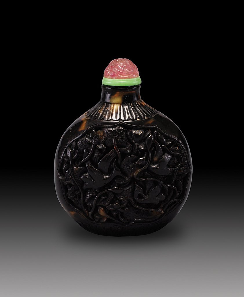 A CARVED TORTOISESHELL SNUFF BOTTLE