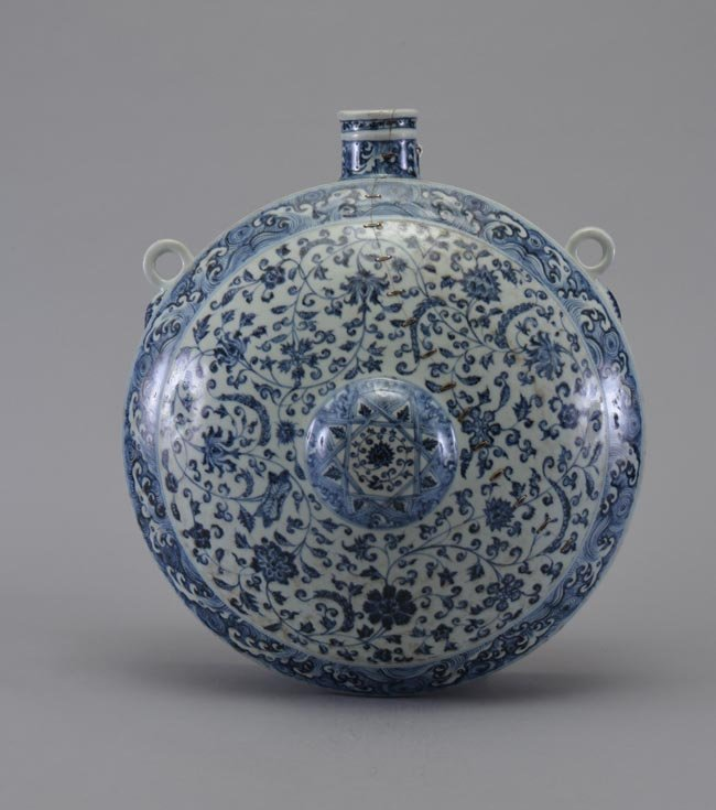 A LARGE OF BLUE AND WHITE MOONFLASK