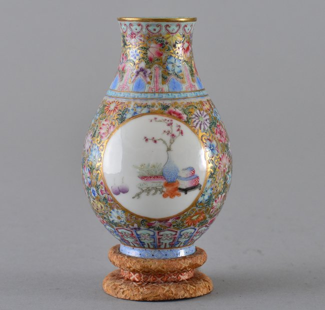 A SMALL FAMILLE-ROSE VASE.