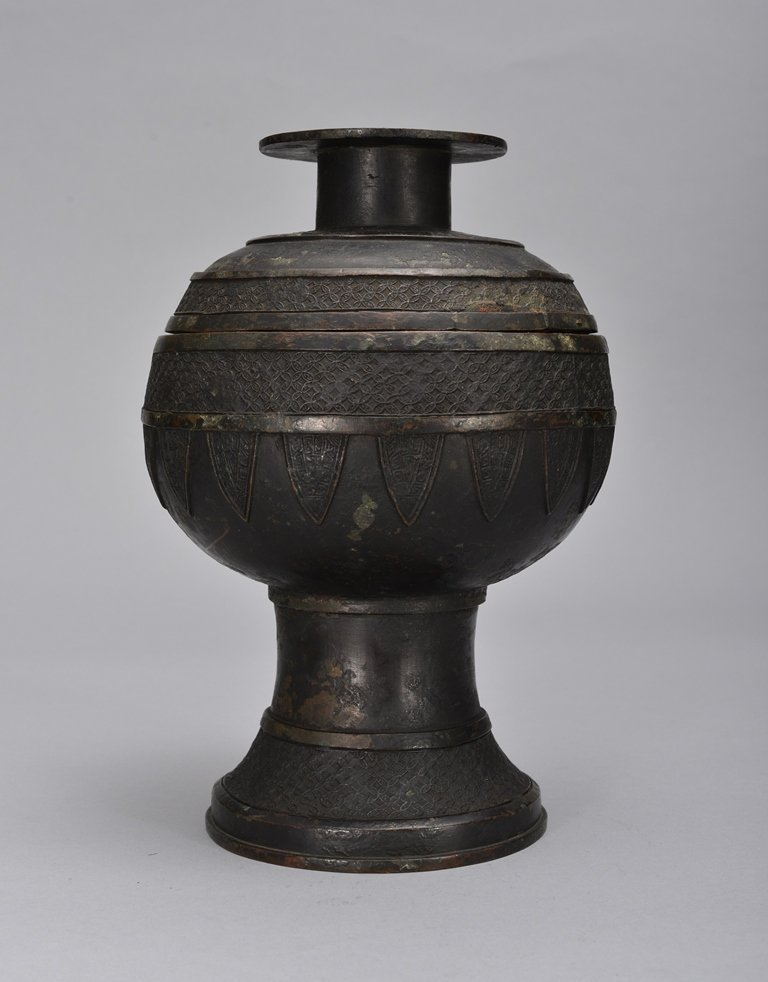 AN ARCHAISTIC BRONZE RITUAL VESSEL AND COVER (DOU)