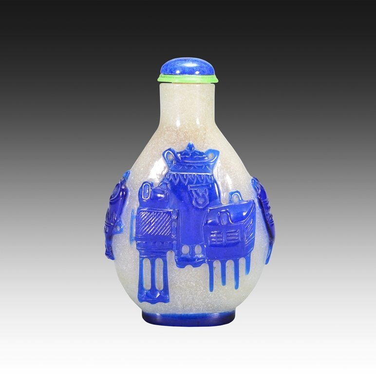 A BLUE OVERLAY GLASS SNUFF BOTTLE