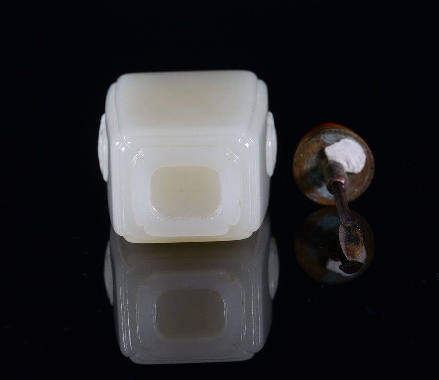 A WHITE JADE LIONHEAD SNUFF BOTTLE - 6