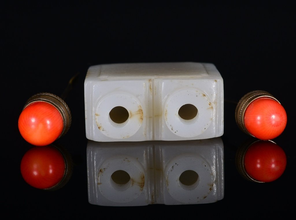 A CARVED WHITE JADE SNUFF BOTTLE - 4