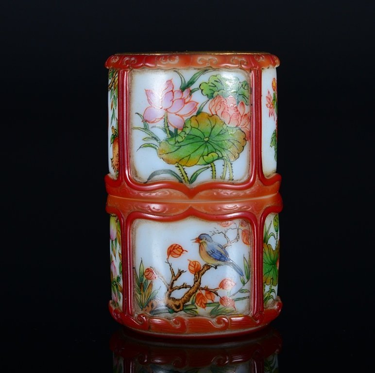 A PAINTED ENAMEL GLASS SNUFF BOTTLE AND COVER