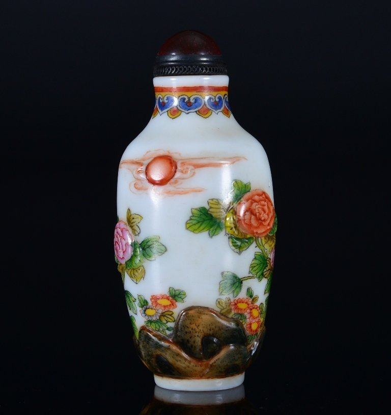 A CARVED-PAINTED GLASS SNUFF BOTTLE - 2