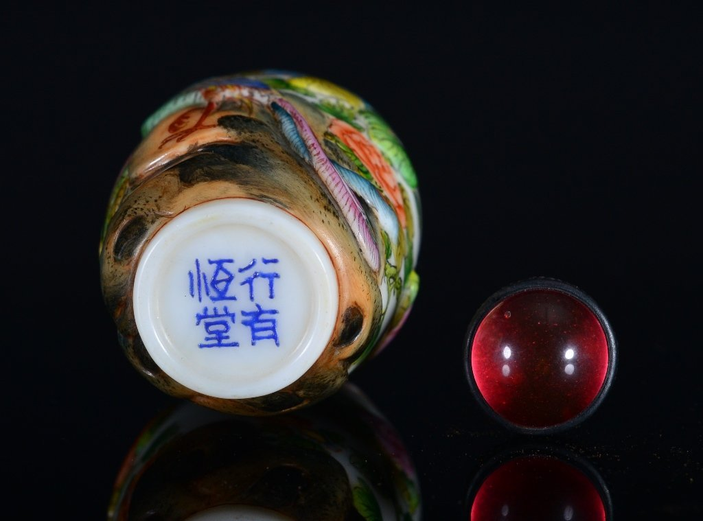 A CARVED-PAINTED GLASS SNUFF BOTTLE - 4