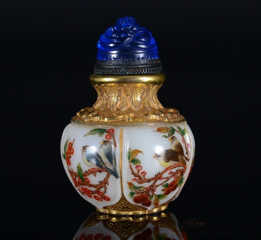 A CARVED-PAINTED GLASS SNUFF BOTTLE
