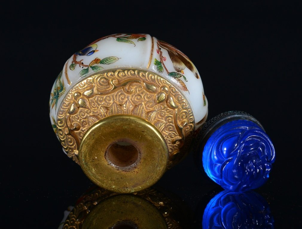 A CARVED-PAINTED GLASS SNUFF BOTTLE - 3