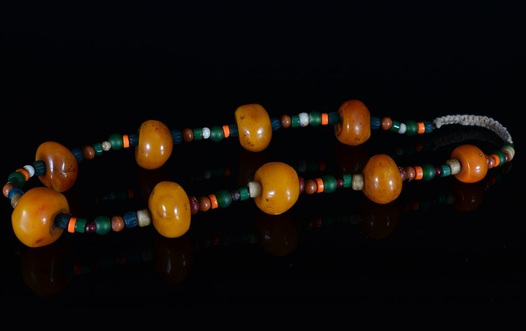 A TIBET AMBER BEAD NECKLACE