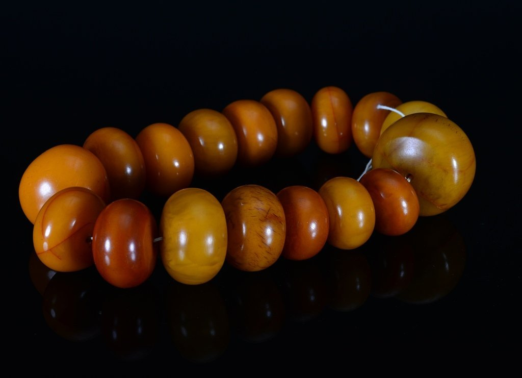 A GROUP OF TIBET AMBER BEADS