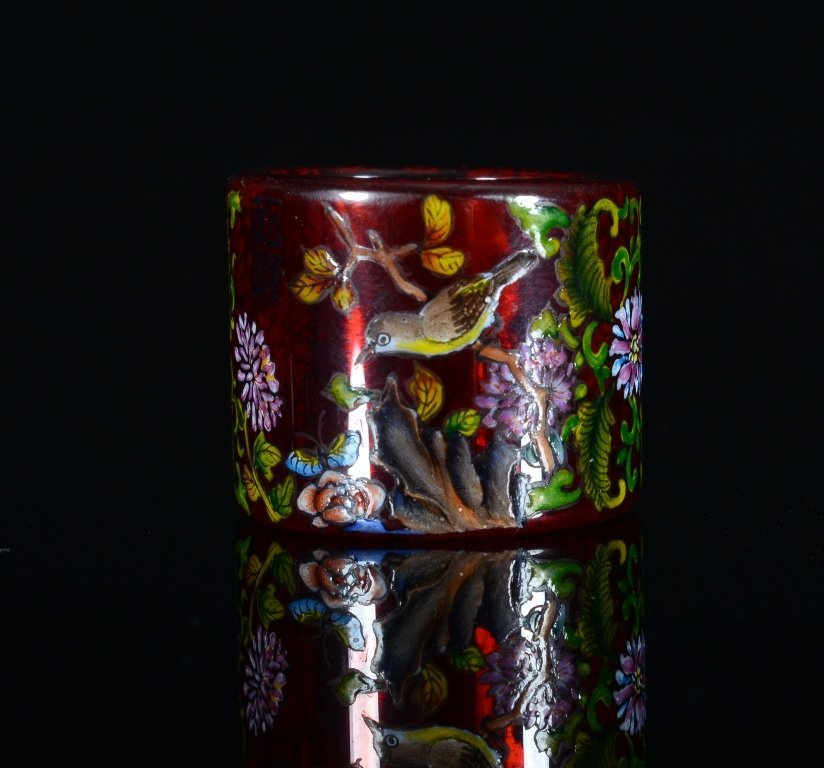 A PAINTED GLASS THUMB RING