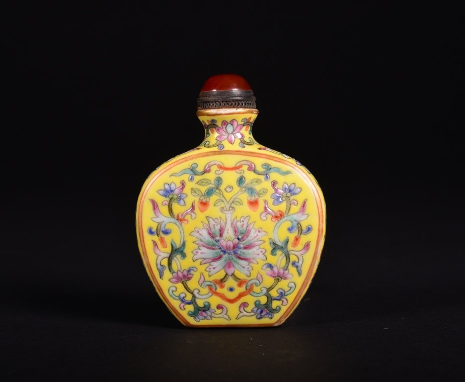 A YELLOW-GROUND FAMILLE-ROSE SNUFF BOTTLE - 2