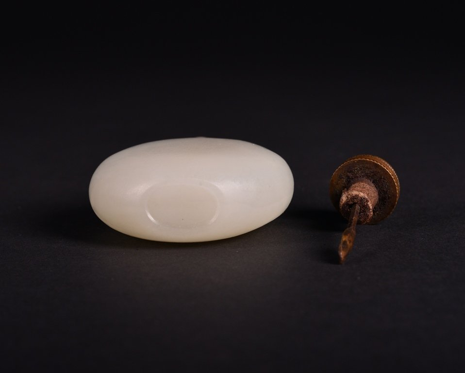 A WHITE JADE SNUFF BOTTLE - 4