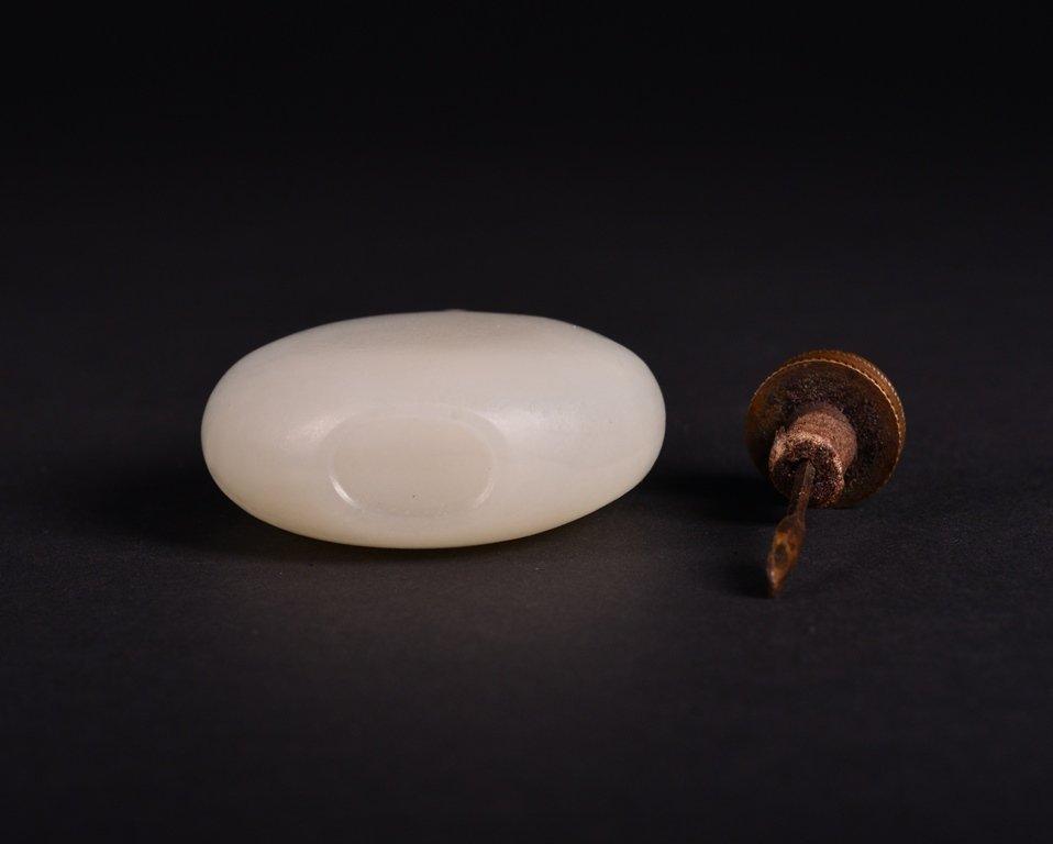 A WHITE JADE SNUFF BOTTLE - 4