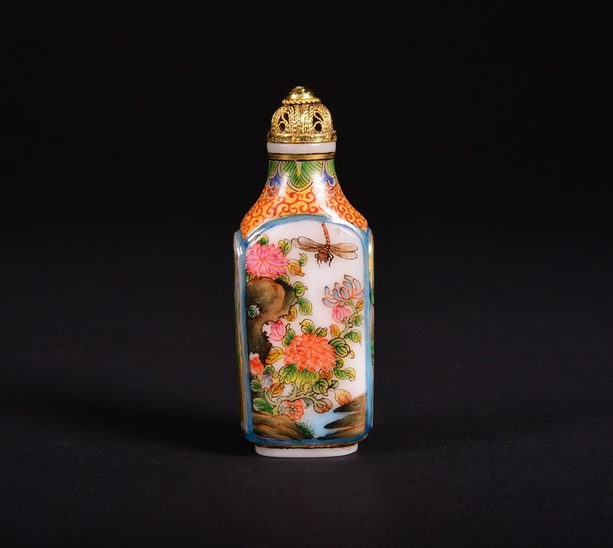 A FAMILLE-ROSE ENAMELLED GLASS SNUFF BOTTLE