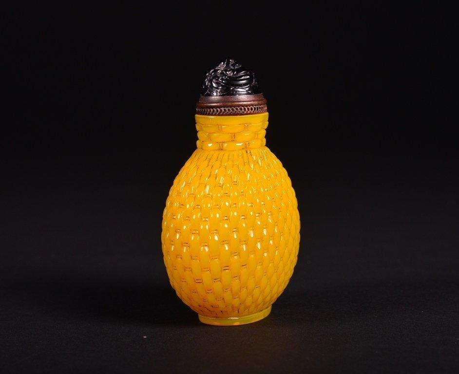 A YELLOW GLASS SNUFF BOTTLE - 4