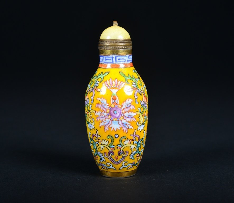 A YELLOW-GROUND ENAMELLED SNUFF BOTTLE