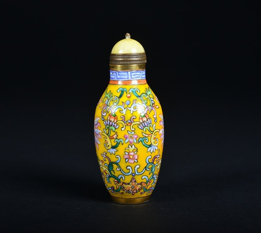 A YELLOW-GROUND ENAMELLED SNUFF BOTTLE - 2