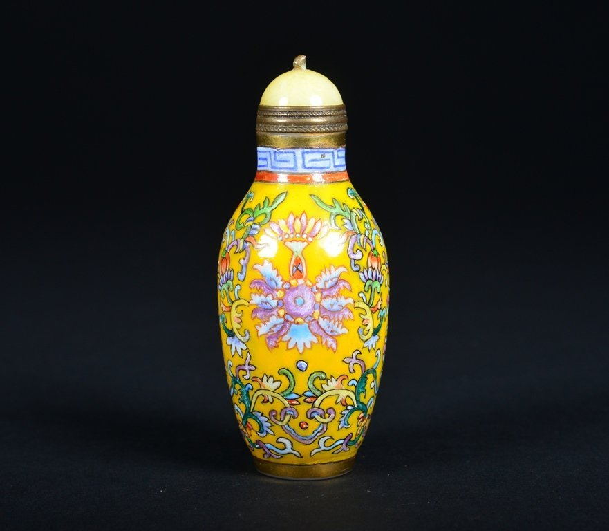 A YELLOW-GROUND ENAMELLED SNUFF BOTTLE - 3