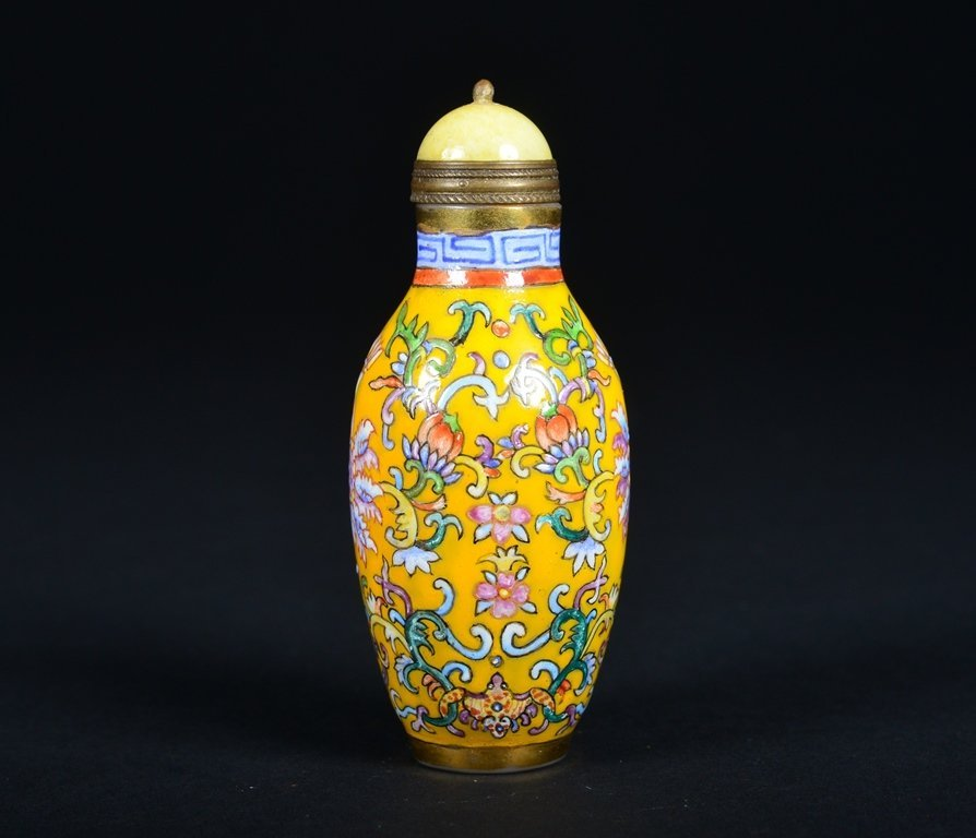 A YELLOW-GROUND ENAMELLED SNUFF BOTTLE - 4