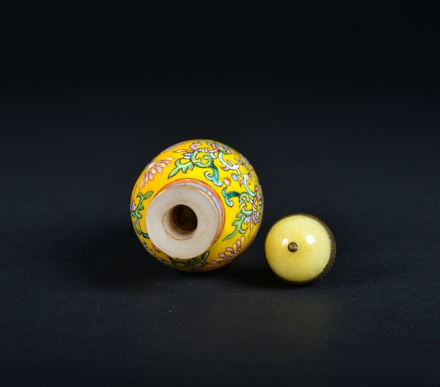 A YELLOW-GROUND ENAMELLED SNUFF BOTTLE - 5