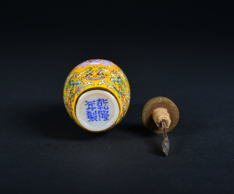 A YELLOW-GROUND ENAMELLED SNUFF BOTTLE - 6