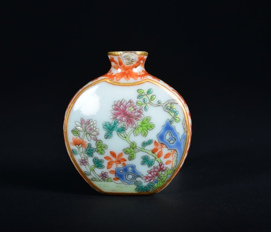 A FAMILLE-ROSE SNUFF BOTTLE