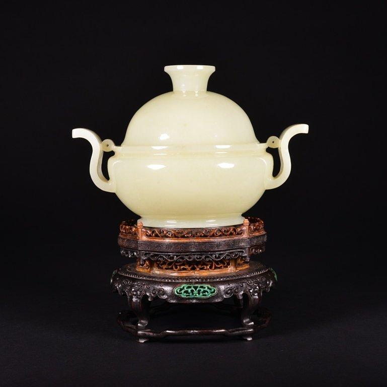 A CARVED WHITE JADE CENSER AND COVER