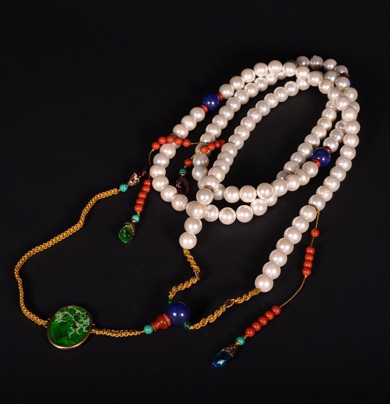 A MOTHER'S PEARL COURT NECKLACE