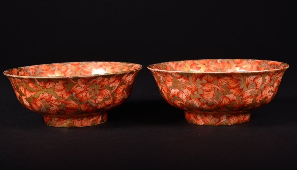 A PAIR OF FAMILLE-ROSE GILT-DECORATED BOWLS