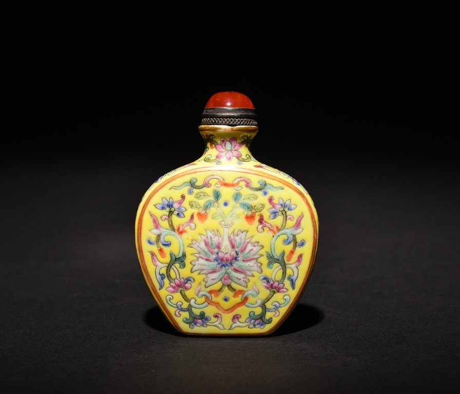A YELLOW-GROUND FAMILLE-ROSE SNUFF BOTTLE