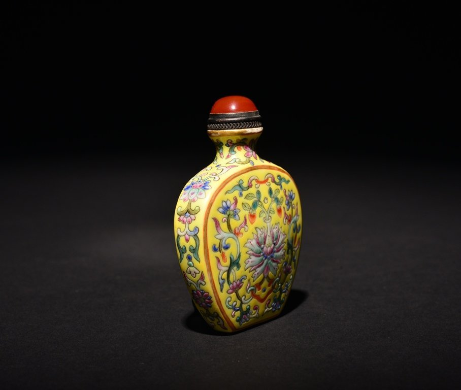 A YELLOW-GROUND FAMILLE-ROSE SNUFF BOTTLE - 3