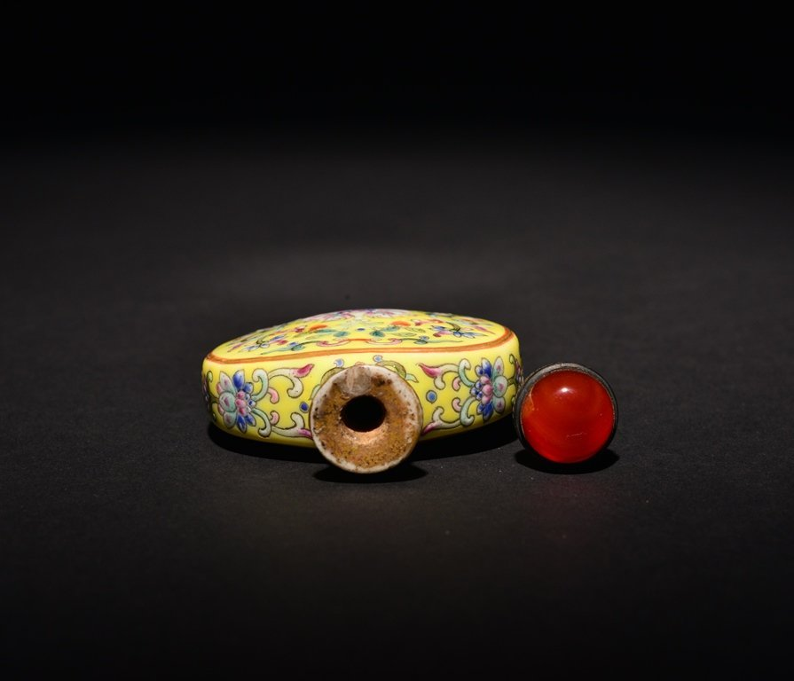 A YELLOW-GROUND FAMILLE-ROSE SNUFF BOTTLE - 4