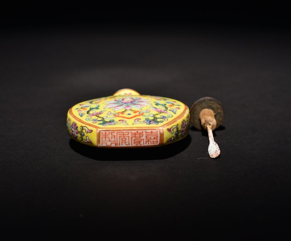 A YELLOW-GROUND FAMILLE-ROSE SNUFF BOTTLE - 5