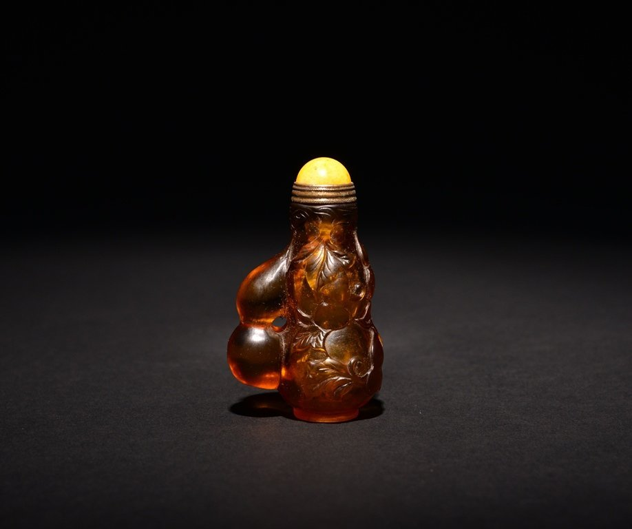 A CARVED GLASS SNUFF BOTTLE - 2