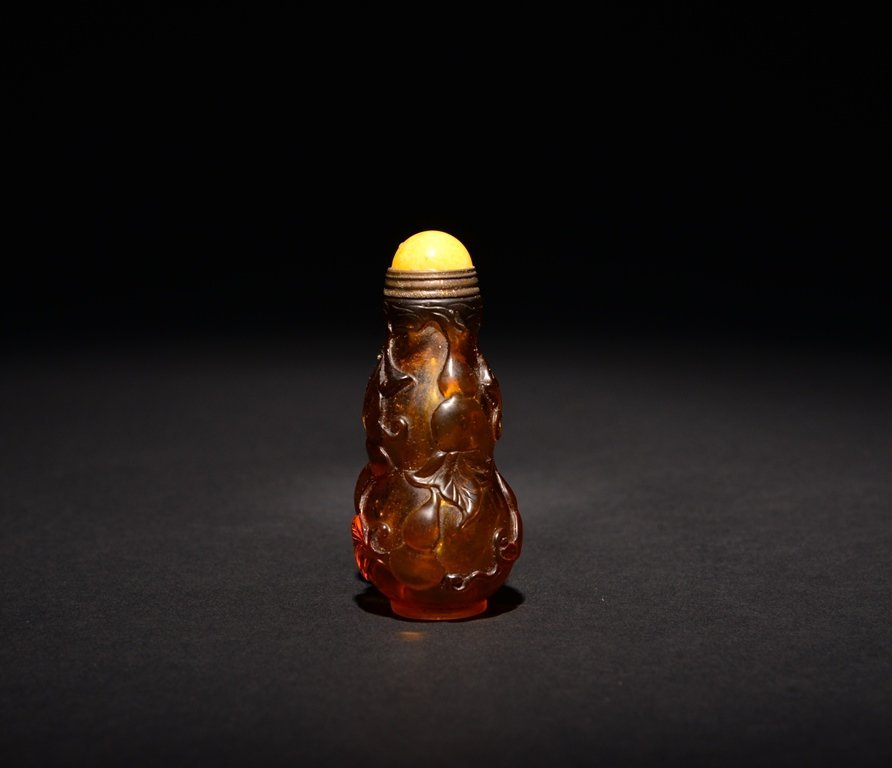 A CARVED GLASS SNUFF BOTTLE - 3