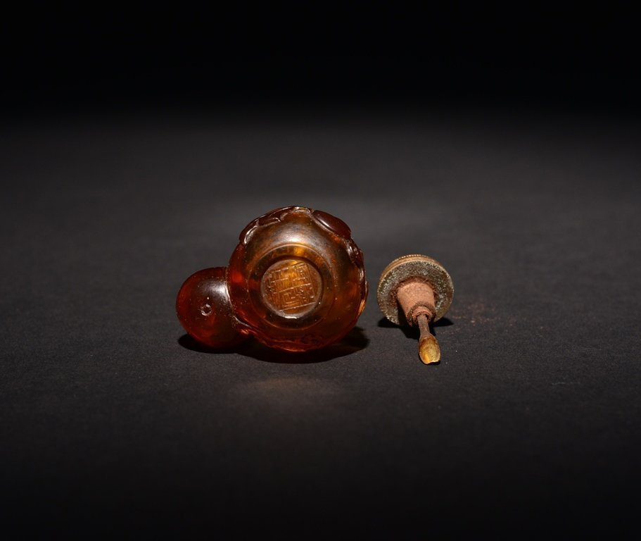 A CARVED GLASS SNUFF BOTTLE - 5