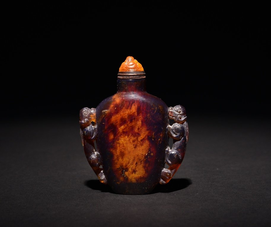 A CARVED AMBER SNUFF BOTTLE - 2