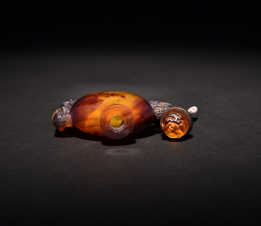 A CARVED AMBER SNUFF BOTTLE - 4