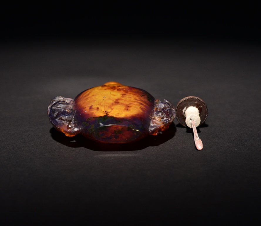 A CARVED AMBER SNUFF BOTTLE - 5