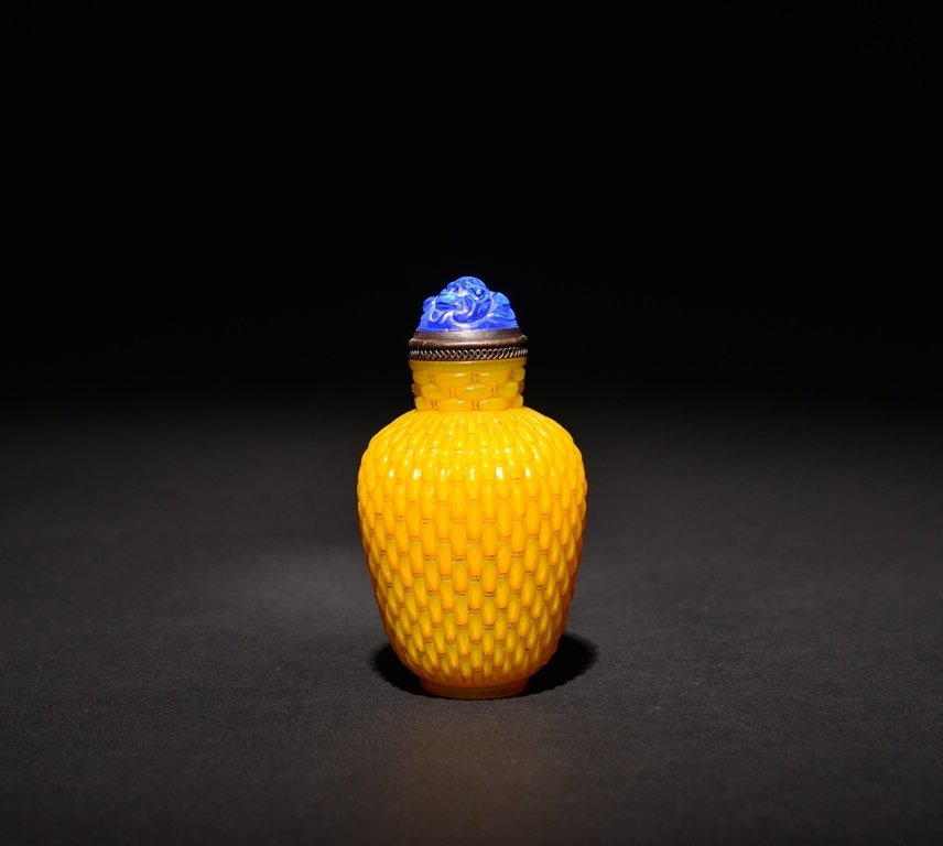 A CARVED YELLOW-GLASS SNUFF BOTTLE