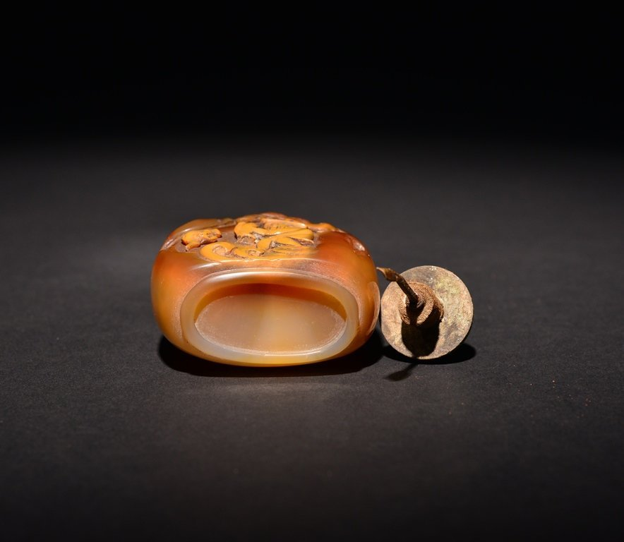 A CARVED AGATE SNUFF BOTTLE - 5