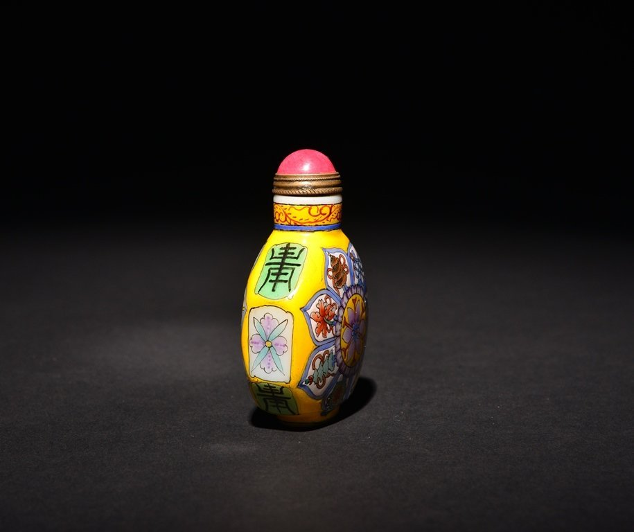 A PAINTED ENAMEL WHITE GLASS SNUFF BOTTLE - 3